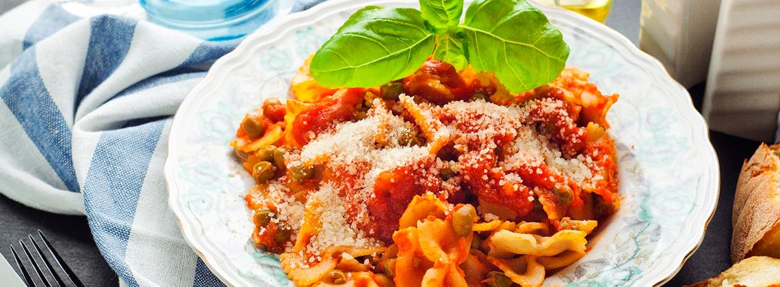 Макароны фарфалле с томатно-сырным соусом