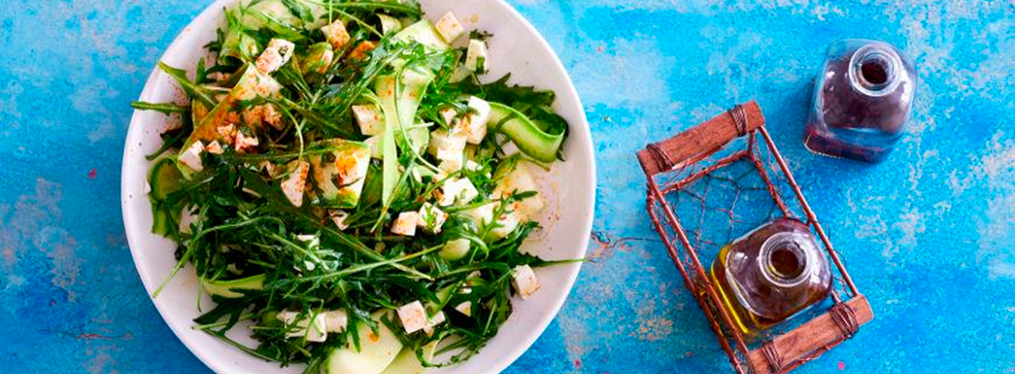 Салат из кабачков, рукколы и брынзы
