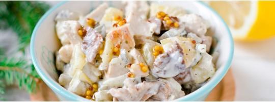 Слоеный салат с жареными грибами, курицей и сыром