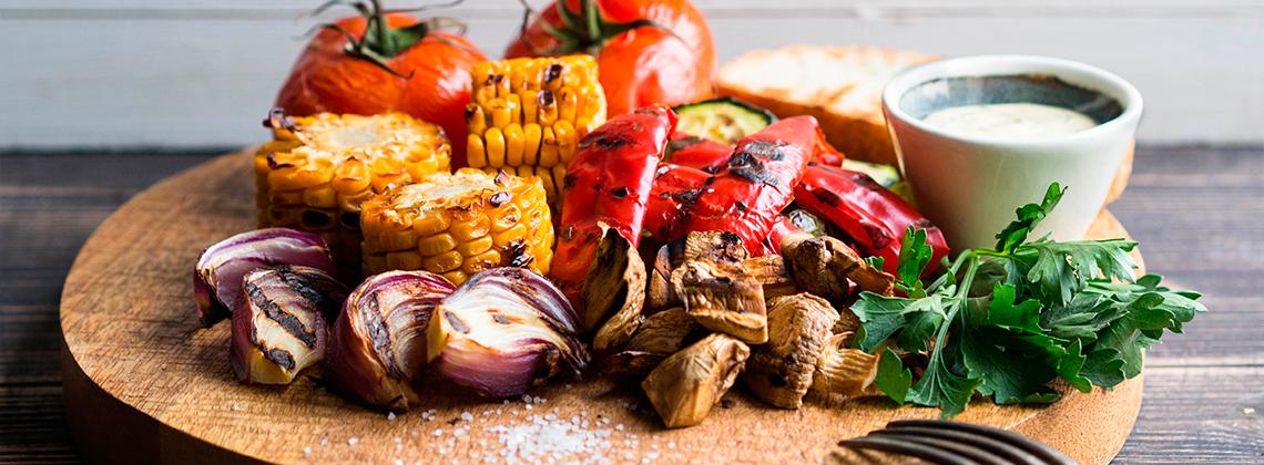 Овощи гриль с сырной заправкой
