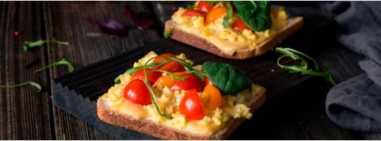 Яичница с сыром и орехами