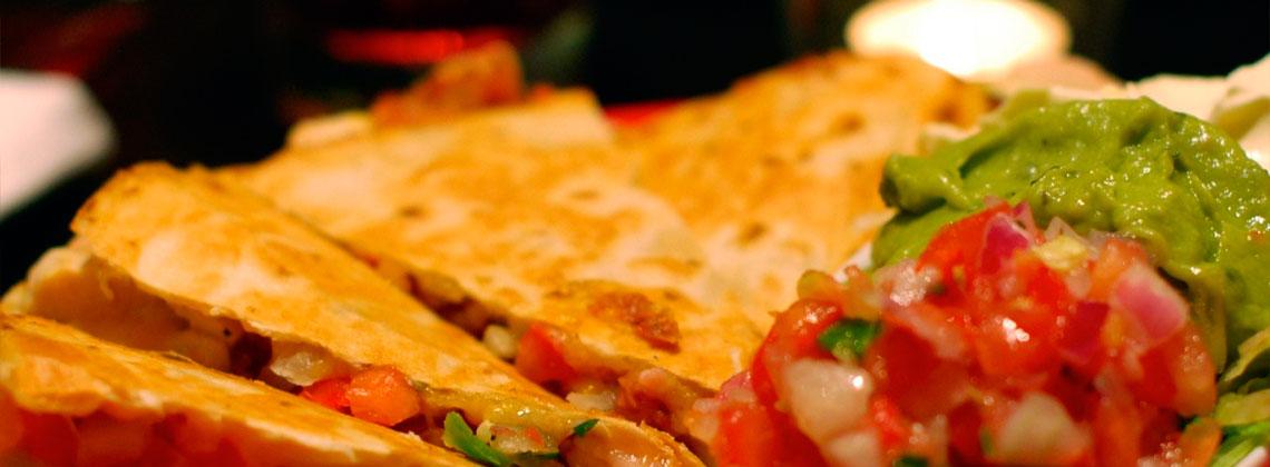 Мексиканская кесадилья с сыром и овощами