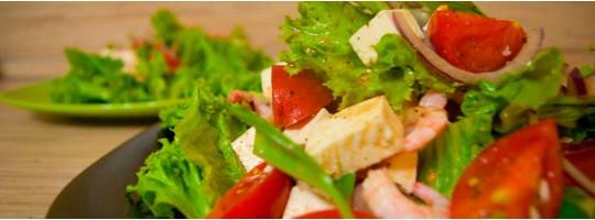 Легкий салат с креветками и моцареллой